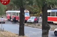 """В Киеве водитель легковушки пытался """"проскочить"""" между двумя трамваями, но столкнулся с одним из них"""