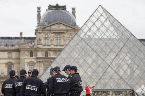 В центре Парижа на военного напали с ножом (Обновлено)