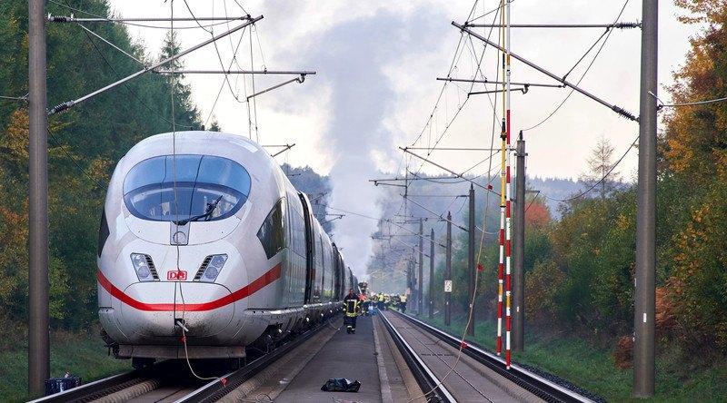 ВГермании находу зажегся  высокоскоростной  пассажирский поезд