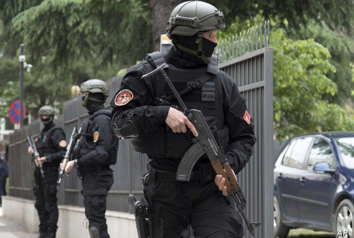 Полиция охраняет суд во время вынесения вердикта обвиняемым по делу попытки государственного переворота в 2016 году, Подгорица, Черногория , 9 мая 2019.