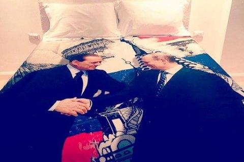 Берлускони привез Путину на день рождения пододеяльник