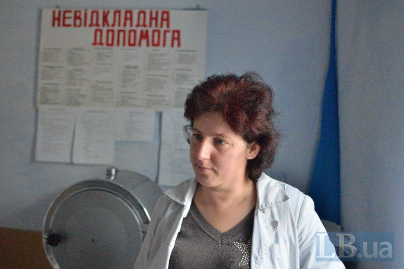 Фельдшер Оксана обдзвонює тих, хто ще не прийшов на обстеження, та запрошує до ФАПу