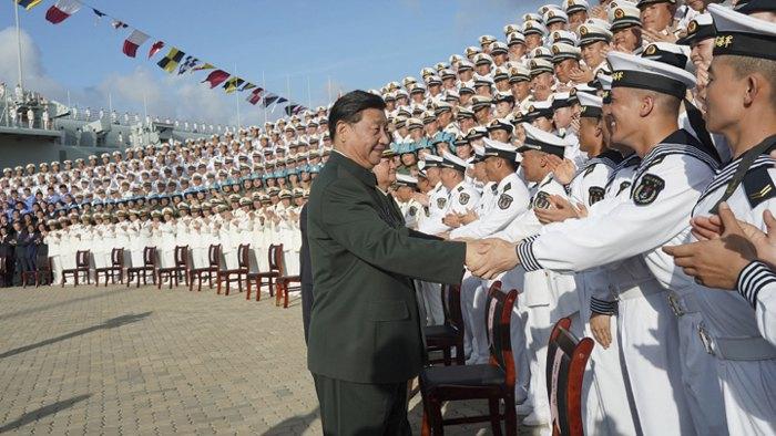 Председатель КНР Си Цзиньпин на церемонии ввода в эксплуатацию первого отечественного авианосца Китая «Шаньдун»