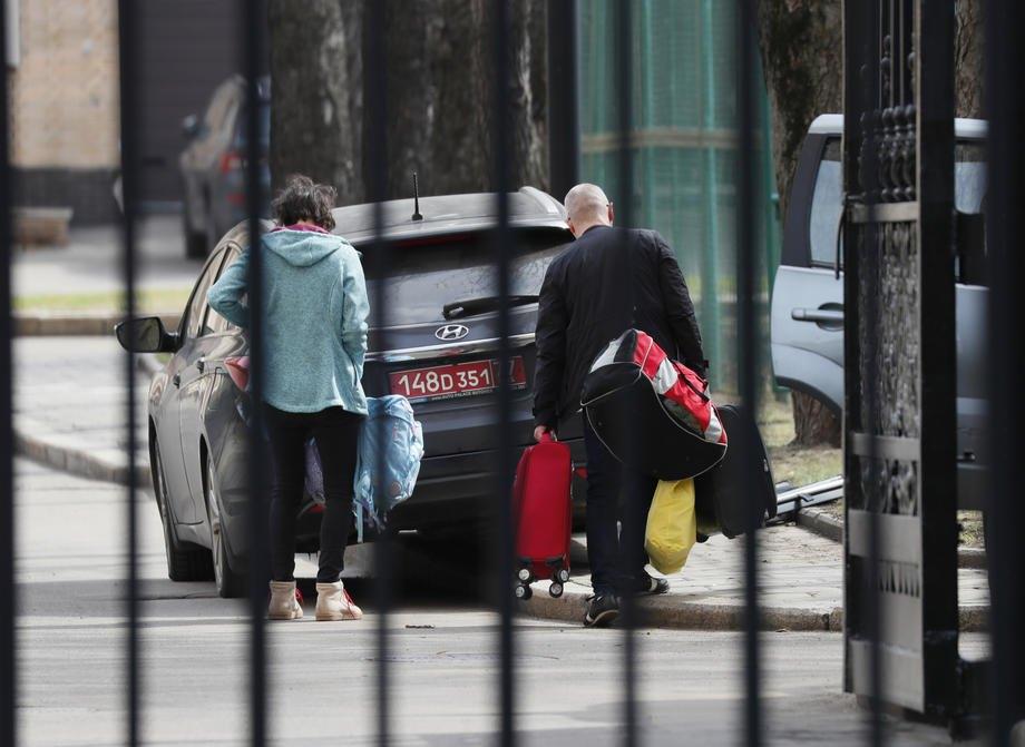 Сім'ї висланих чеських дипломатів пакують речі перед виїздом із посольства Чехії в Москві, Росія, 19 квітня 2021 р.