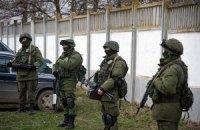 Російські військові грабують українські частини в Криму