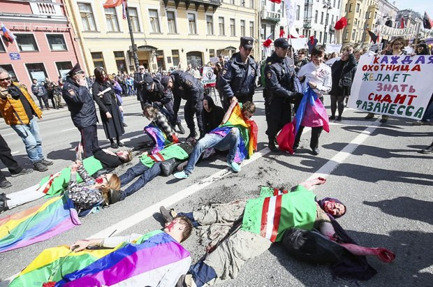 Акция ЛГБТ в Петербурге, Целью которой было привлечение внимания к внесудебным расправам в отношении чеченцев, подозреваемых в гомосексуальных связях, 1 мая, 2017.