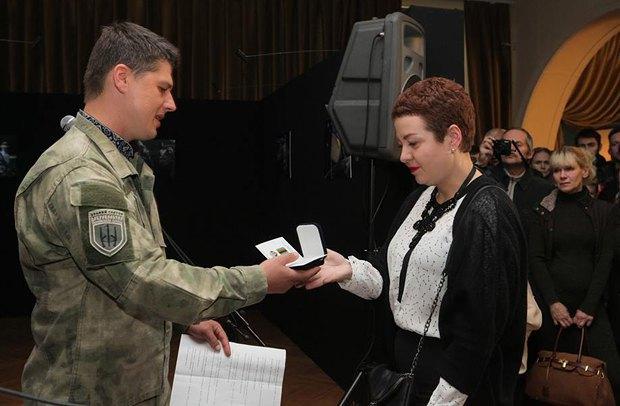 Юлия Киреева получает награду мужа