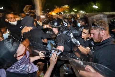 В ходе протестов в США зафиксировали более 200 нападений на журналистов