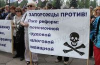 Жители Запорожья передали Азарову лопату, Януковичу - метлу