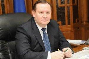 Луганский губернатор подарил подшефным трактор и гитару