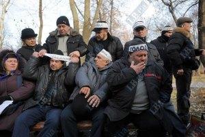 Чернобыльцы под Кабмином начинают сухую голодовку и угрожают самосожжением