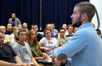 Ветеран АТО Ананьєв, випущений поліцією під поручительство, презентував книгу в Дніпрі