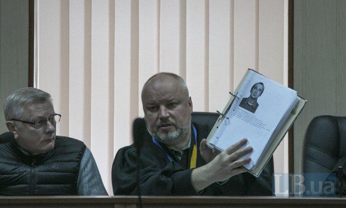 Суддя показує фото Богдана Вайди