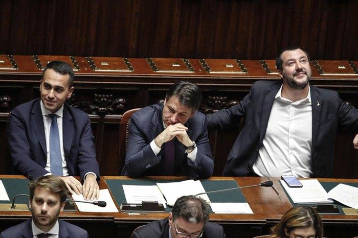 Итальянский премьер Джузеппе Конте (в центре) со своими двумя заместителями Маттео Сальвини (справа) и Луиджи Ди Майо (слева) во время дебатов в нижней палате в Риме, 21 ноября 2018.