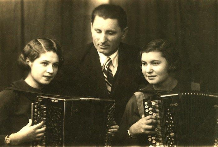 Баянист-самоучка Григорий Белецкий с дочерьми (слева Мария, справа Раиса). 1937