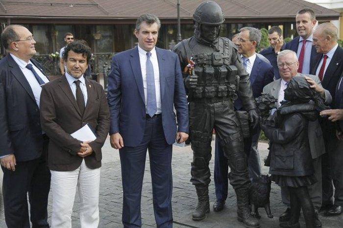 Депутати парламенту Франції біля пам'ятника * Ввічливим людям * в Симферополі під час візиту в Крим, 29 липня 2016.