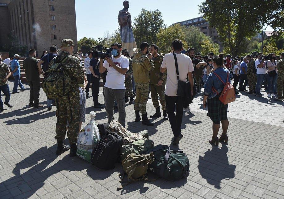 Добровольцы собираются для отправки в Арцах (регион Нагорного Карабаха), Ереван, Армения, 27 сентября 2020.