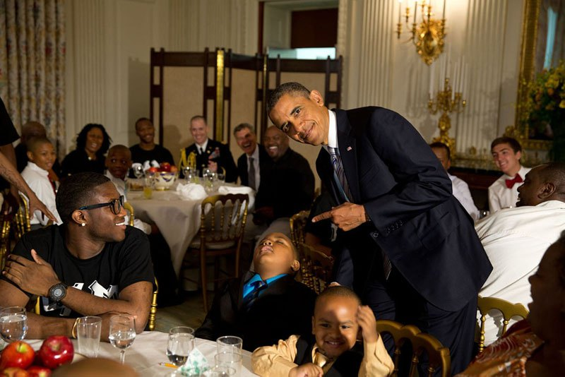 Барак Обама с мальчиком, уснувшим во время церемонии празднования Дня отца в Белом доме. 14 июня 2013 года