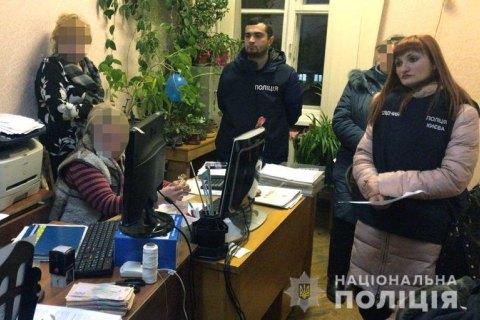 В Киеве замдиректор госпредприятия задержана при получении 190 тыс. гривен взятки