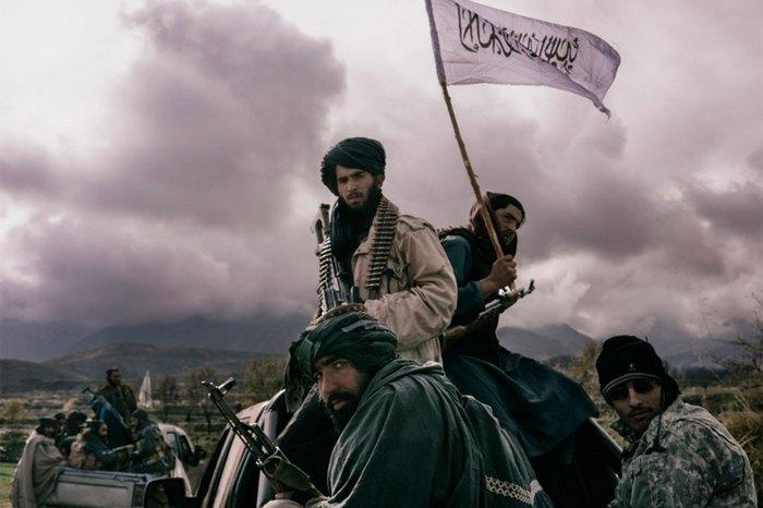 Боевики «Талибана» едут по дороге в провинции Нангархар, Афганистан,1 декабря 2019