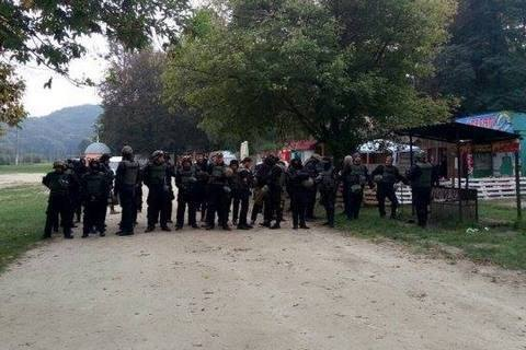 Поліція знайшла 50 одягнених в уніформу людей Семенченка в передмісті Львова (оновлено)