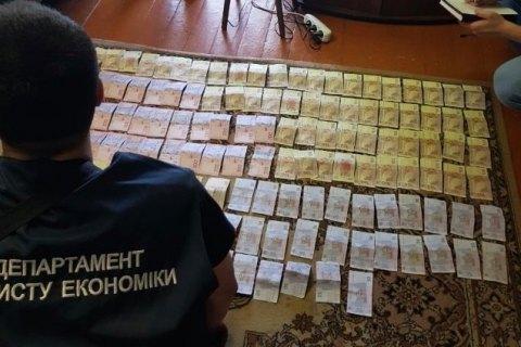 """Руководство и инспекторов КПВВ """"Новотроицкое"""" поймали на взятках"""