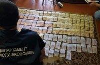 """Керівництво та інспекторів КПВВ """"Новотроїцьке"""" спіймали на хабарі"""