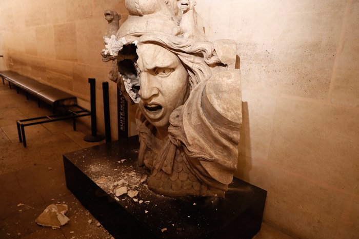 Повержденная вандалами статуя Марианны, символ во Франции, после протестов *желтых жилетов* в Париже, Франция, 01 декабря 2018.