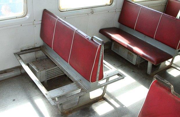 ... и оторванные сидения - дело рук пассажиров-вандалов