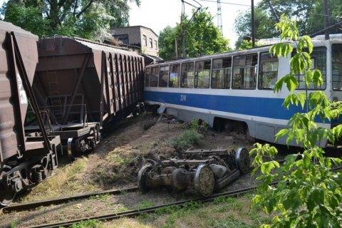 Під час зіткнення трамвая з вантажним поїздом у Дніпрі загинув залізничник