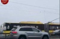 На Північному мосту в Києві обірвалась тролейбусна контактна лінія, рух транспорту ускладнено