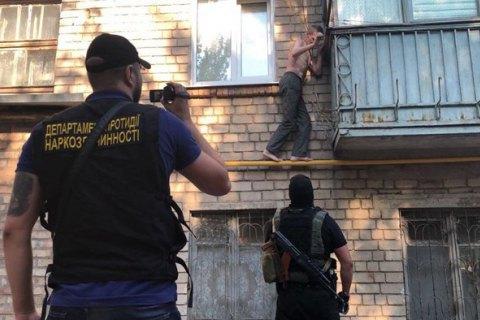 Поліція провела обшуки у членів великого угруповання, яке виготовляло наркотики