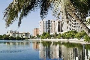 В Майами рухнул в воду спорт-бар: 33 пострадавших
