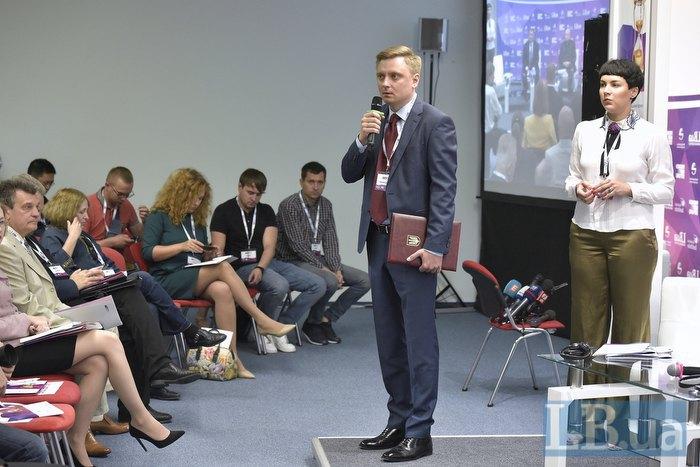 Директор политических программ Института Горшенина Евгений Курмашов открывает форум