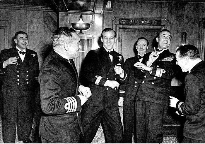 19 листопада 1947 року. Холостяцька вечірка з приводу нещодавно отриманих титулів - Його Королівська Високість, барон Грінвіцький з Грінвіча, граф Меріонета й герцог Единбурзький, лицар Ордена Підв'язки - лейтенантом Філіпом Маунтбеттеном (у центрі). Вечірку зорганізував в найкращих морських традиціях його дядько лорд Луїс «Дікі» Маунтбеттен (другий праворуч із сигарою)
