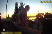 Патрульные Днепра уговорили мужчину не прыгать с моста