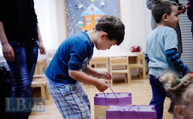 Подарки все принимают по-разному: кто-то благодарит и громко смеется, а кто-то просто внимательно рассматривает игрушки