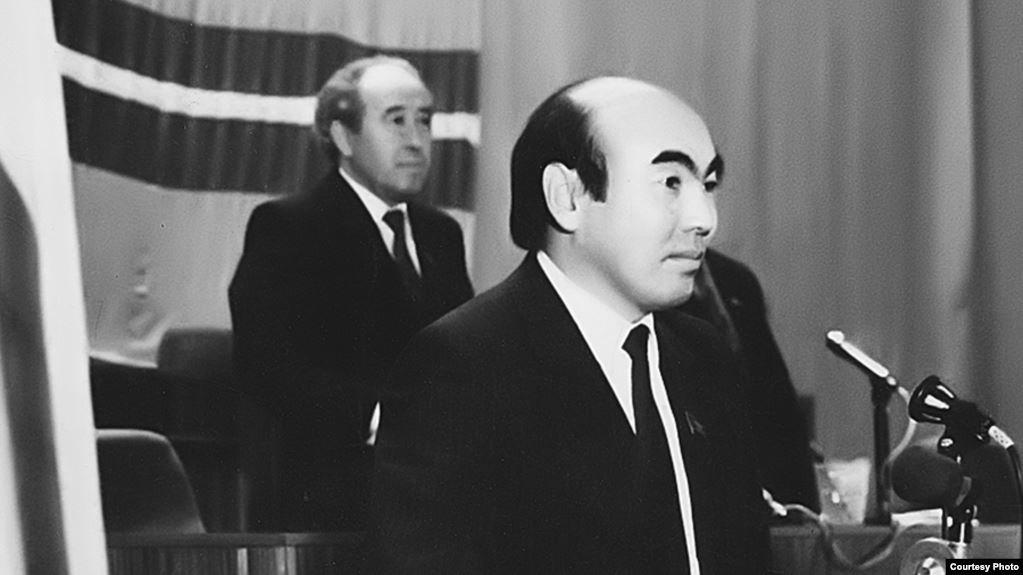 Аскар Акаев (на переднем плане) и Абсамат Масалиев. 27 октября 1990 года.