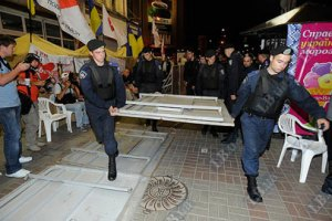 """Ночь на Крещатике: """"Беркут"""" убирает заграждения, митингующие спят сидя"""