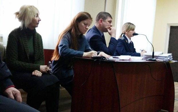 Заседание суда. Крайняя слева - жена Сергиенко, рядом - адвокат Евгения Закревская