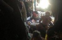 На Оболоні поліція вилучила 2-річну дівчинку із заваленої сміттям квартири
