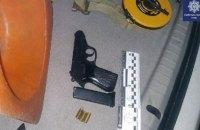 В Киеве мужчина угрожал пистолетом пассажирам маршрутки
