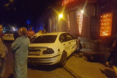 В Ужгороде водитель BMW протаранил три машины, влетел в кафе и сбежал