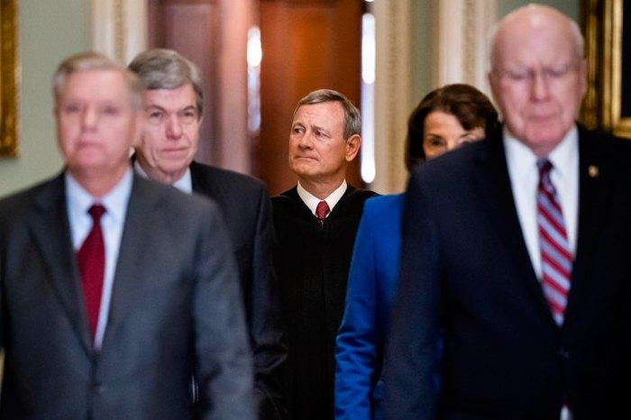 Председатель Верховного суда США Джон Робертс (в центре) перед слушаниями по делу об импичменте Дональда Трампа, Вашингтон, округ Колумбия, 16 января 2020.