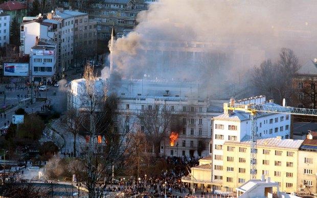 Горящий Президентский дворец в Сараево
