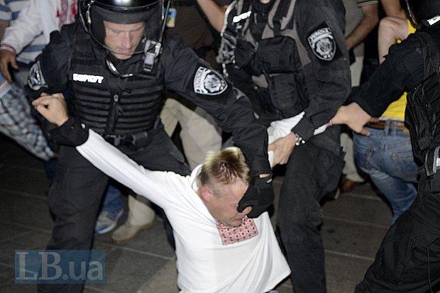 Участники митинга сопротивлялись, как могли. Мужчины дрались, женщины кричали, журналисты пытались стыдить бойцов Беркута. Не помогало ничего