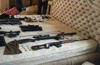 Спецназ затримав 8 іноземців зі зброєю і $36 тисячами в селі в Херсонській області