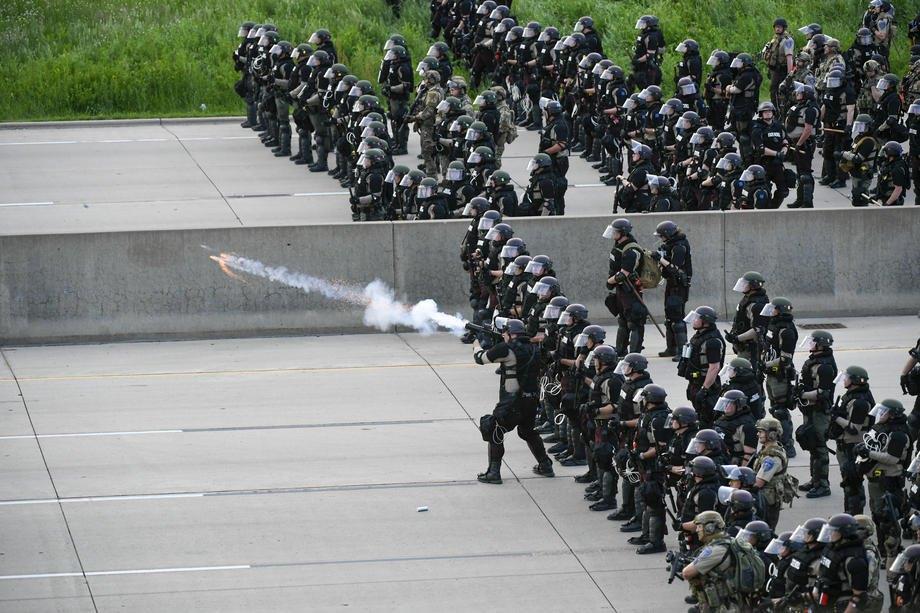 Полиция применяет слезоточивый газ к демонстрантам на шестой день протестов в Сент-Пол, Миннесота, США, 31 мая 2020