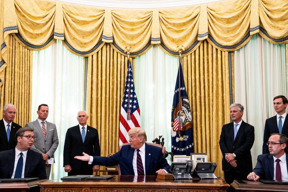 Зліва-направо: президент Республіки Сербія Александр Вучич, президент США Дональд Трамп і прем'єр-міністр Республіки Косово Авдулла Хоті під час підписання договору в Білому домі, Вашингтон 4 вересня 2020 р