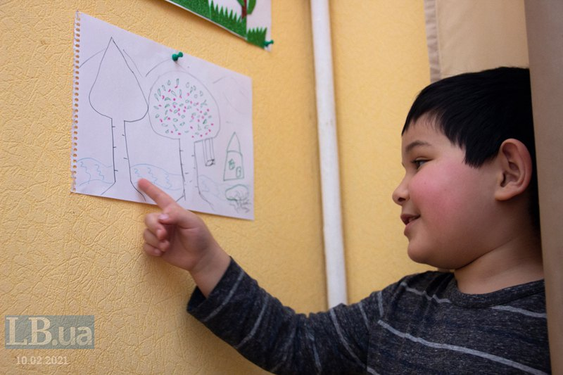Абубакр показує свій малюнок